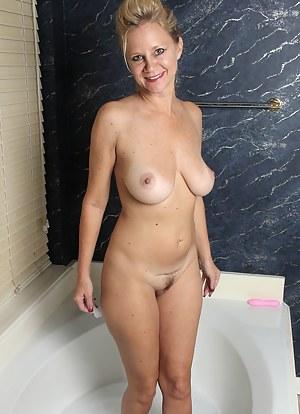 Free MILF Bathroom Porn Pictures